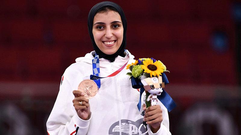 المصرية جيانا فاروق مبتهجة على منصة التتويج بالميدالية البرونزية.  رويترز