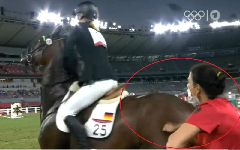 الصورة: مدربة تضرب حصاناً حرم فارسة من ميدالية أولمبية.. وهذا عقابها! (فيديو)