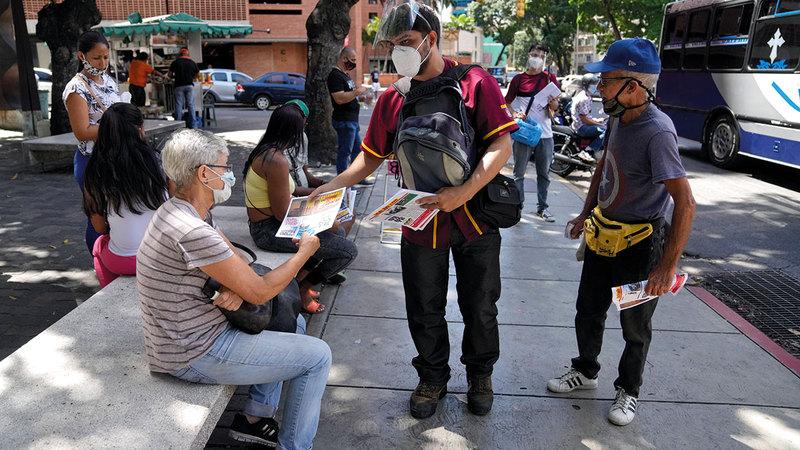 «خوان» يوزّع الصحف على الناس في الشوارع.   أ.ب