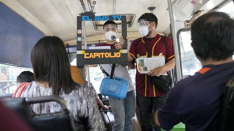 «خوان» يقرأ الأخبار على ركاب الحافلة.   من المصدر