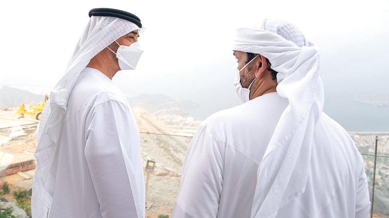 محمد بن زايد خلال زيارته مشروع «استراحة السحب» في خورفكان.   من المصدر