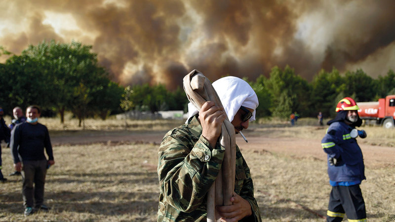 آلاف البشر تشردوا جراء حرائق الغابات في أكثر من مكان.  أ.ب