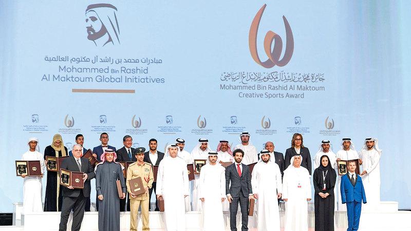 حمدان بن محمد خلال تكريم الفائزين في دورة سابقة بحضور أحمد بن محمد.   من المصدر