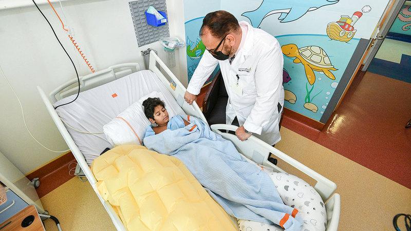فريق طبي متخصص يتابع «أحمد» في مستشفى راشد.    من المصدر