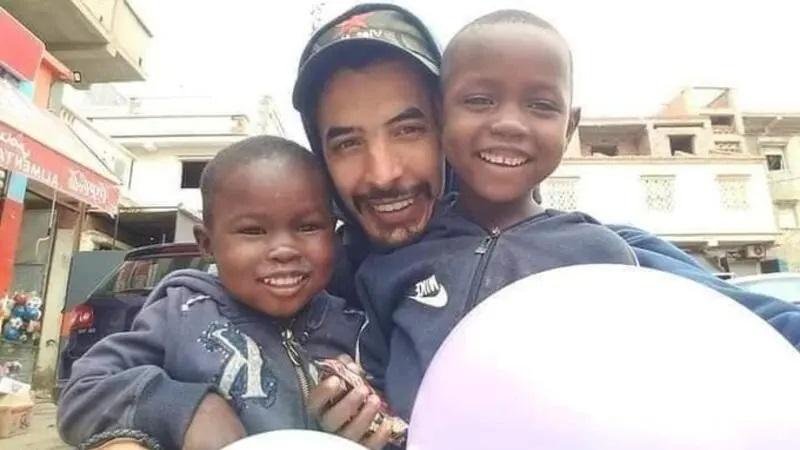 الشاب (وسط) الذي زعم البعض أنه المتسبب في حرائق الجزائر.