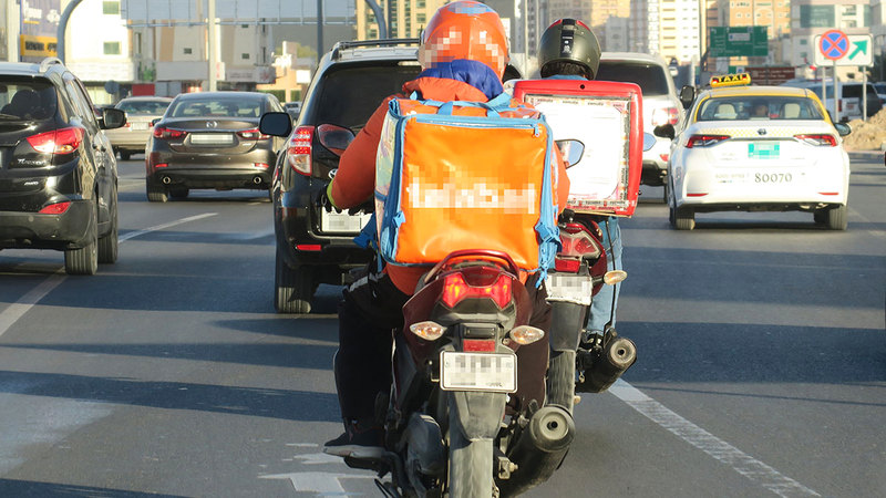 «طرق دبي» دعت سائقي الـ«دليفري» إلى الالتزام بسرعة الطريق.  تصوير: أسامة أبوغانم