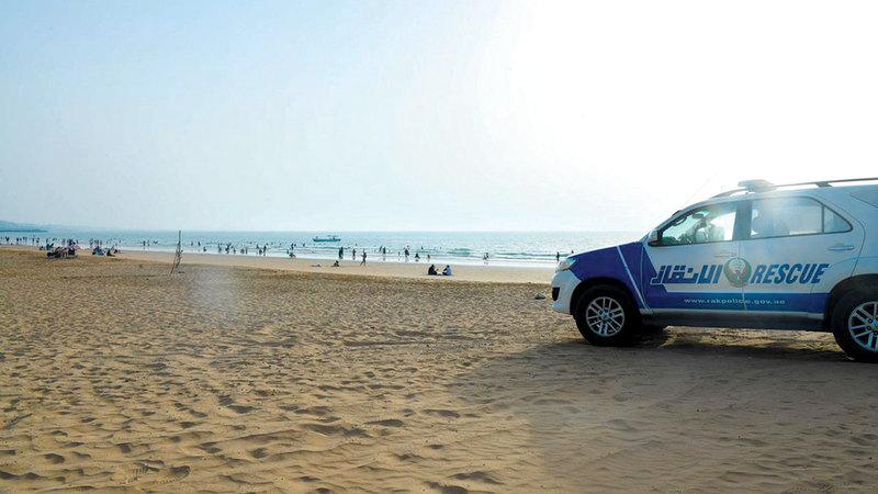 مراقبة مستمرة للحفاظ على رواد الشواطئ.  الإمارات اليوم