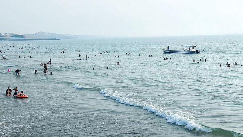 شواطئ الدولة تشهد إقبالاً من السكان.  الإمارات اليوم