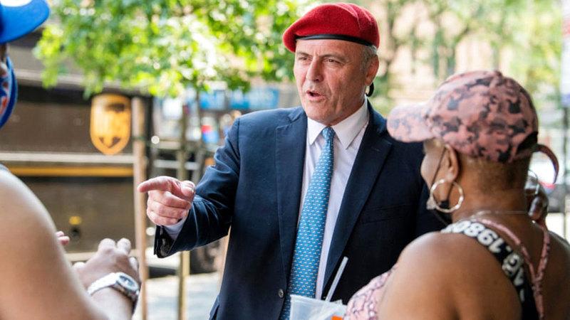 كورتيس سليوا يتحدث إلى الناس في الشارع أثناء حملته الانتخابية.  من المصدر