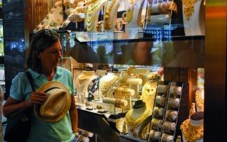 الصورة: زيادة إصابات كورونا عالميا ترفع أسعار الذهب