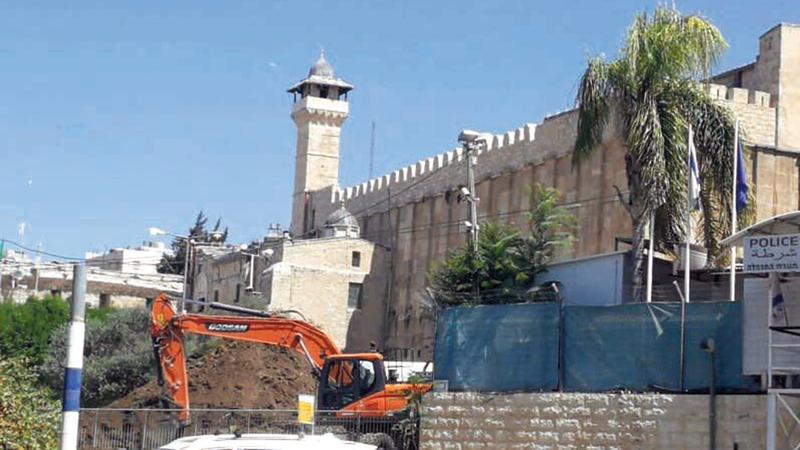 آليات الاحتلال تنفذ عمليات حفر بالحرم الإبراهيمي.  الإمارات اليوم