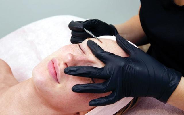 الصورة: خبيرة تجميل: «ديرمابلانينج» من أكثر علاجات الوجه شيوعاً