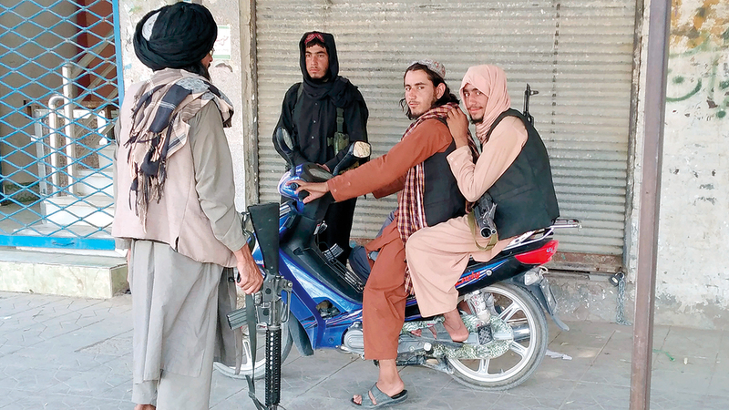 عناصر من «طالبان» يقومون بدورية في إحدى المدن التي استولوا عليها.  أ.ب