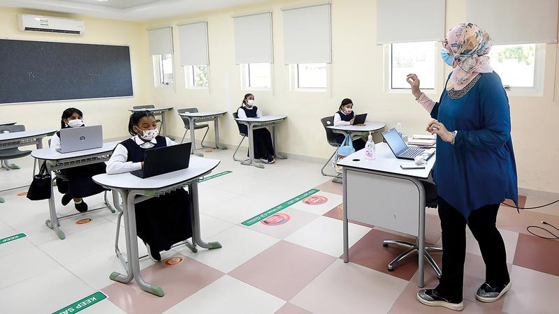 ضرورة الالتزام بتطبيق التباعد الجسدي متراً واحداً بين الطلبة داخل الفصل الدراسي.   تصوير: باتريك كاستيلو