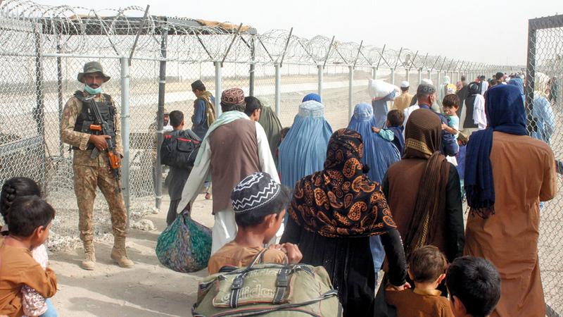 حركة نزوح متصاعدة من أفغانستان إلى باكستان من جهة بوابة الصداقة.   رويترز