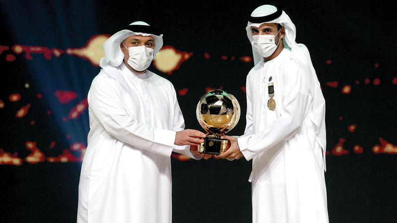 علي مبخوت يتسلم بجائزة أفضل لاعب في موسم 2020 - 2021.   تصوير: نجيب محمد