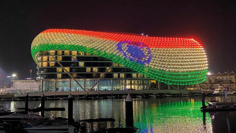 جزيرة ياس أضاءت معالمها بألوان العلم الهندي احتفاءً بالذكرى الخامسة والسبعين لاستقلال الهند.    من المصدر