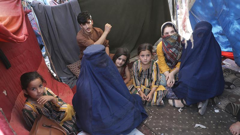 عودة النساء لارتداء اللباس الأزرق الثقيل باتت هاجساً يطارد الأفغانيات.   أ.ب
