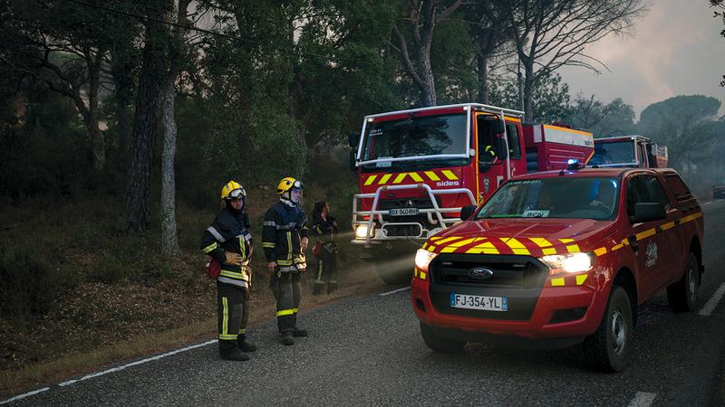 رجال الإطفاء يواصلون جهود مكافحة الحريق.  أ.ب