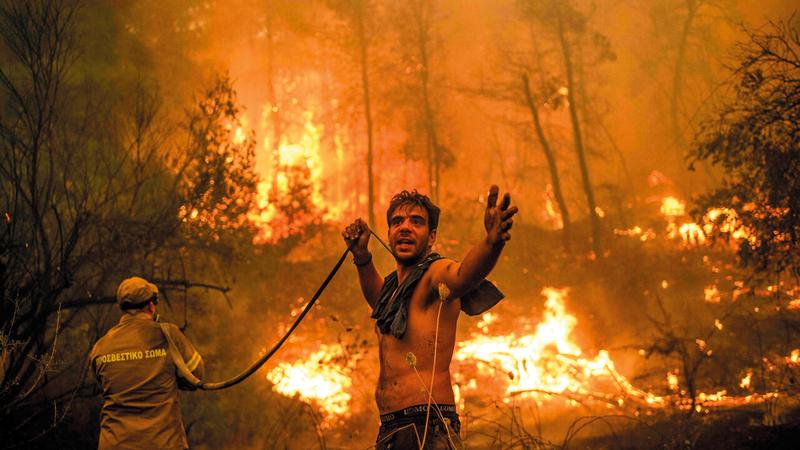 المتطوّعون استخدموا وسائل بسيطة لإخماد النيران.  أرشيفية