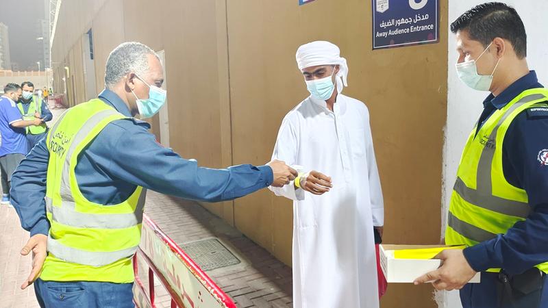 جانب من إجراءات الدخول لملعب نادي عجمان أمس.  تصوير: أسامة أبوغانم