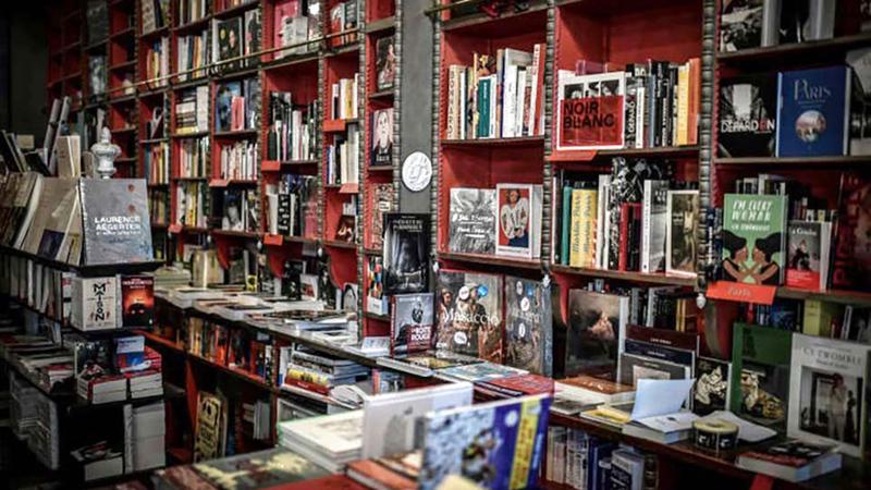 صورة لمكتبة في حي مونمارتر في باريس.  أرشيفية