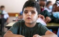 الصورة: طفل من غزة يحلم بالعودة إلى المدرسة