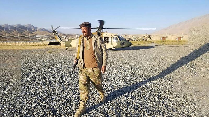 ملك زاي يهبط من طائرة عسكرية.  من المصدر