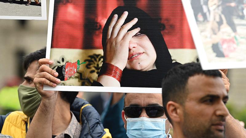 تظاهرة في بريطانيا أمام البرلمان تطالب بحماية النساء في أفغانستان.   أ.ف.ب