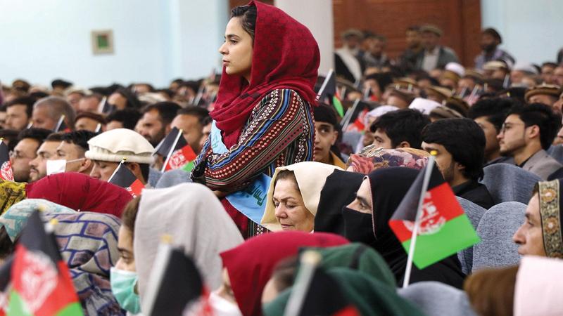 تجمع نسائي وشبابي في كابول في 29 مارس 2021 لدعم محادثات السلام بين الحكومة و«طالبان».   غيتي