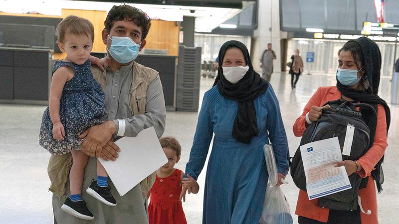 عائلة أفغانية لدى وصولها إلى مطار دالاس في أميركا بعد أن تم إجلاؤها من أفغانستان.  أ.ب