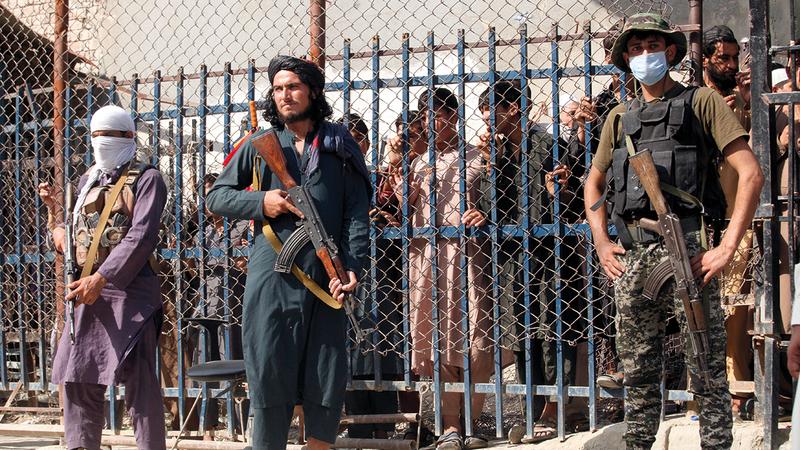 عناصر «طالبان» أقاموا نقاط تفتيش على طول الطرقات والمناطق الحدودية.  أ.ب