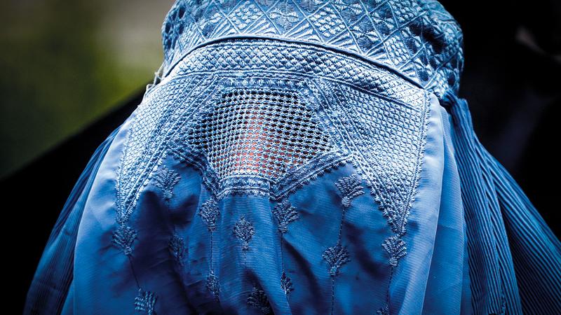 بعض النسوة اضطررن إلى ارتداء البرقع خوفاً من «طالبان».  إي.بي.إيه