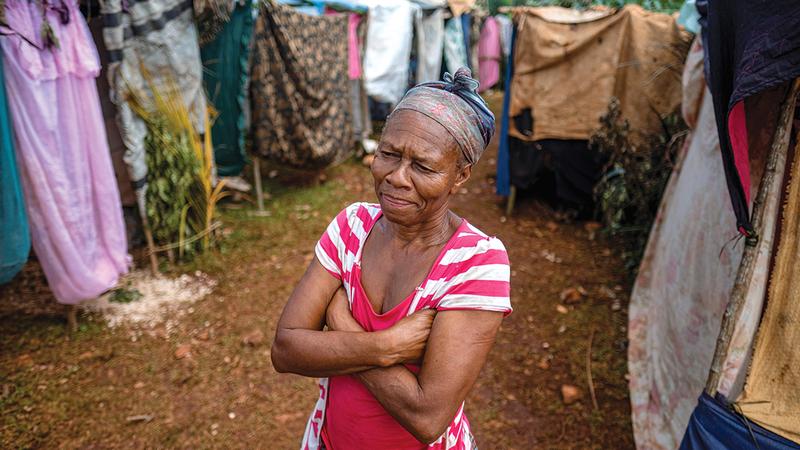 عجوز تنظر في حيرة وسط حالة من القلق والخوف من المستقبل.   رويترز