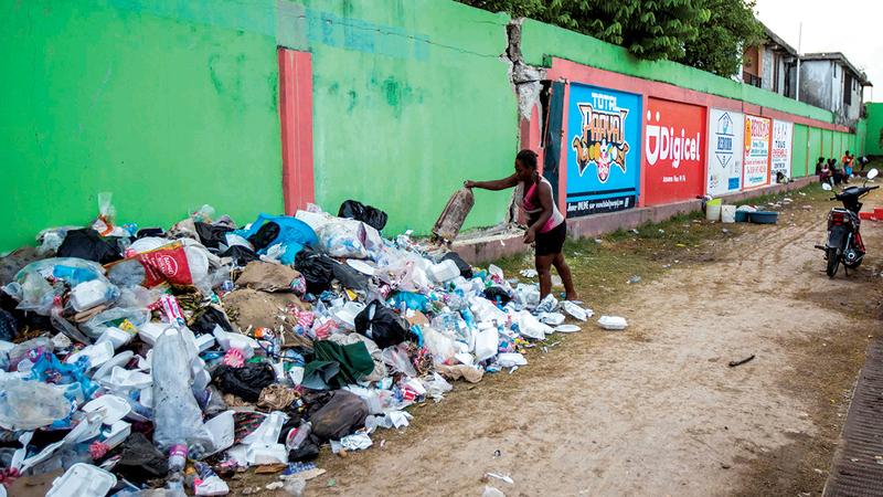 مكب للنفايات على قارعة الطريق يؤدي إلى انتشار مزيد من الأمراض والأوبئة داخل خيام المشردين المؤقتة.   رويترز