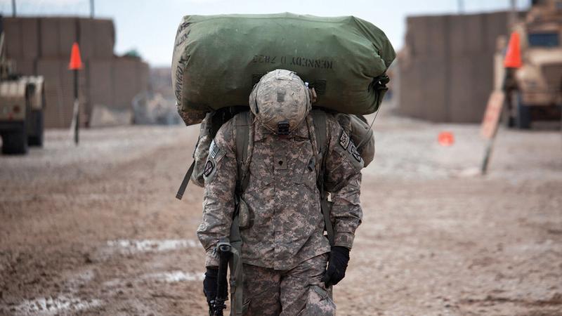 جندي أميركي يحمل حقيبته استعداداً للانسحاب.  من المصدر