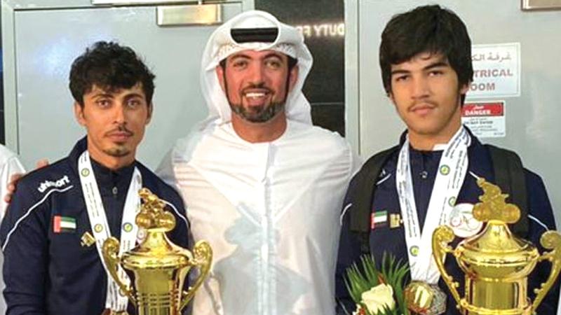 الأب أحمد المطيوعي برفقة ابنه محمد المتوج بذهبية البطولة العربية للدرّاجات.   من المصدر