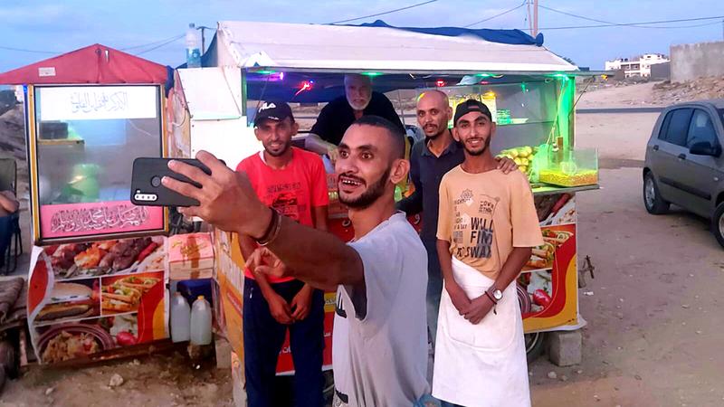 أبوشادي طومان برفقة أبنائه الأربعة. الإمارات اليوم