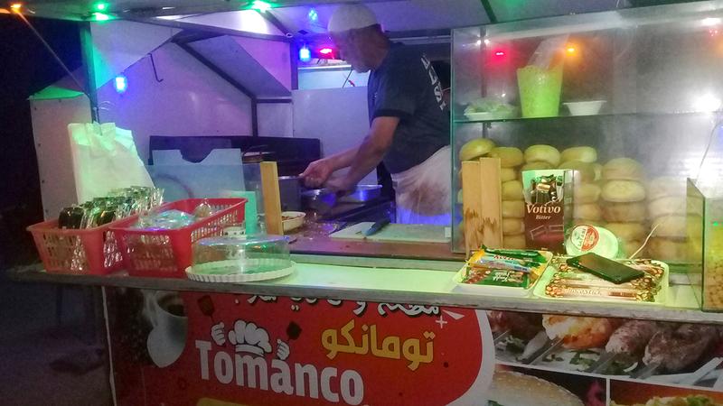 عربة «طومانكو» الحل الأمثل لإعالة ٢٧ شخصاً.  الإمارات اليوم