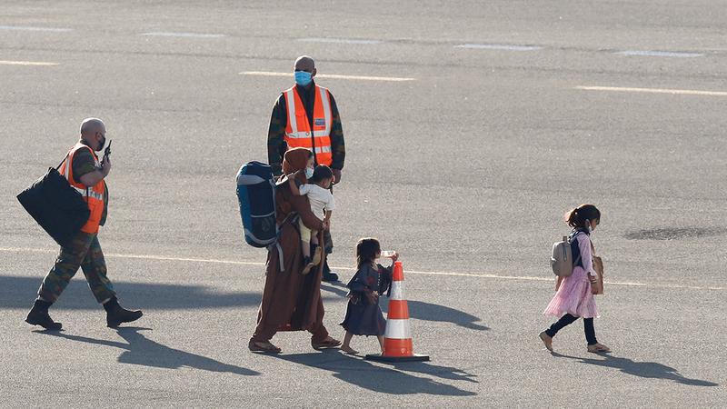 عائلة أفغانية ضمن من تمّ إجلاؤهم من أفغانستان لدى وصولها إلى بلجيكا.  رويترز