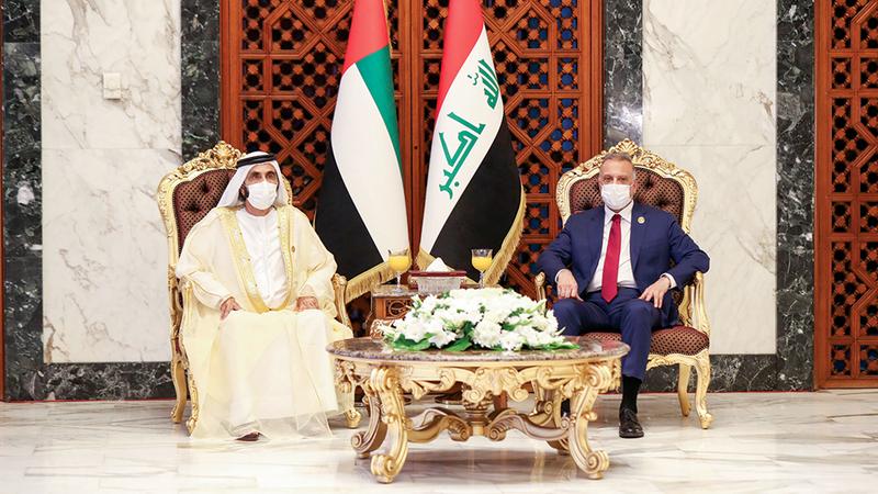 محمد بن راشد مع الكاظمي عند وصوله إلى بغداد.  وام