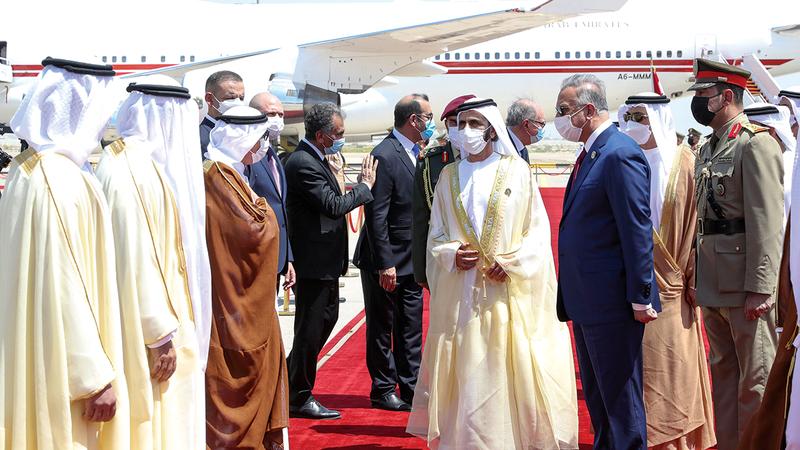 محمد بن راشد عند وصوله إلى مطار بغداد الدولي.  وام