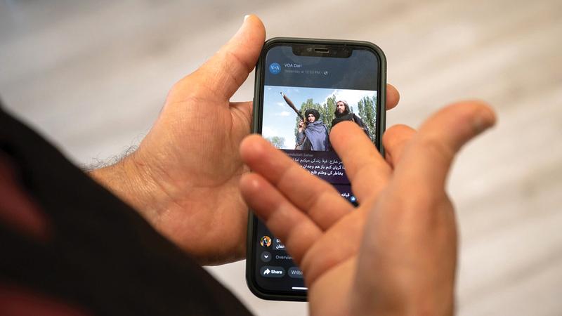 الكثير من الأفغان صار لديهم هواتف ذكية ويشاركون في وسائل التواصل الاجتماعي.  من المصدر
