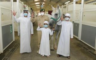 الصورة: شرطة دبي تحقق أمنية طفل وتهديه فرساً