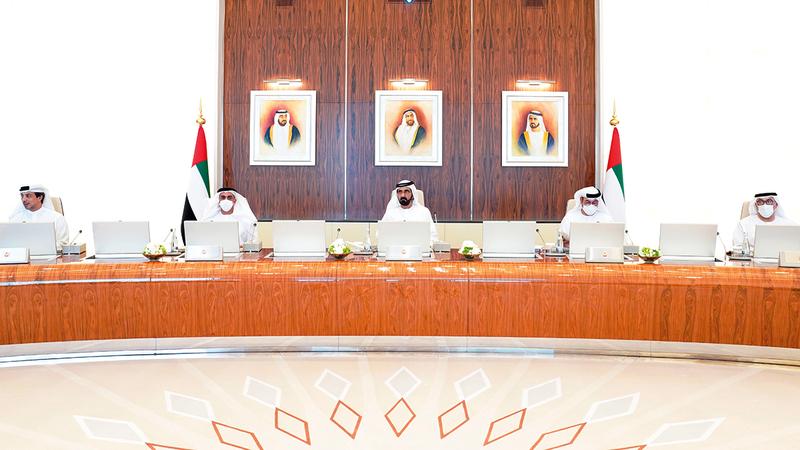 محمد بن راشد خلال ترؤسه اجتماعاً لمجلس الوزراء عُقد بمجمع قصر الوطن في أبوظبي.    وام