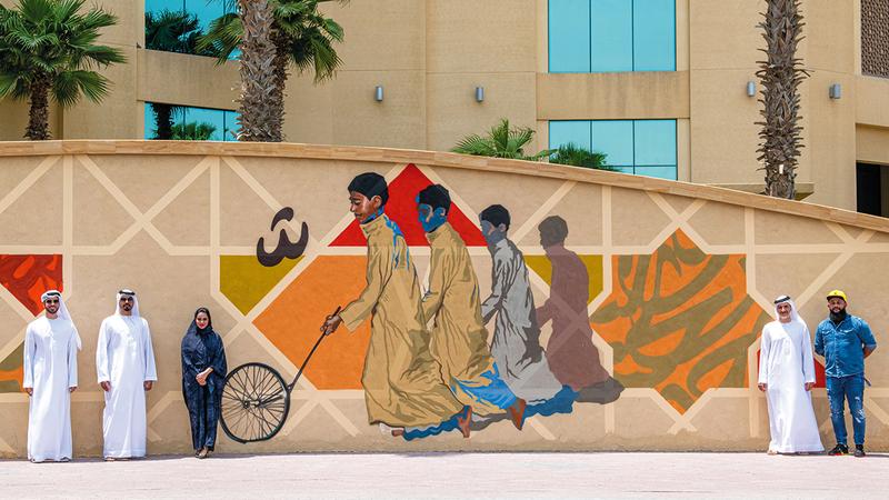 الجداريات تُبرز جماليات من التراث الإماراتي.  من المصدر