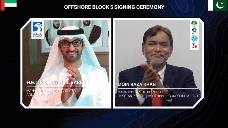 سلطان الجابر ومعين رضا خان عقب التوقيع على الاتفاقية.   من المصدر