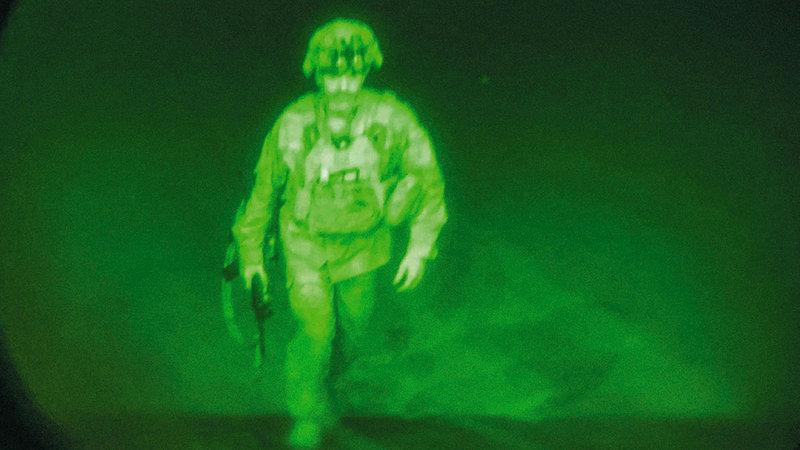 صورة لآخر جندي أميركي يغادر أفغانستان قائد الفرقة المجوقلة 82 قبل صعوده الطائرة في مطار كابول.   أ.ب