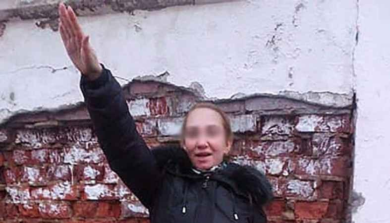 صورة للأم وهي تؤدي التحية النازية