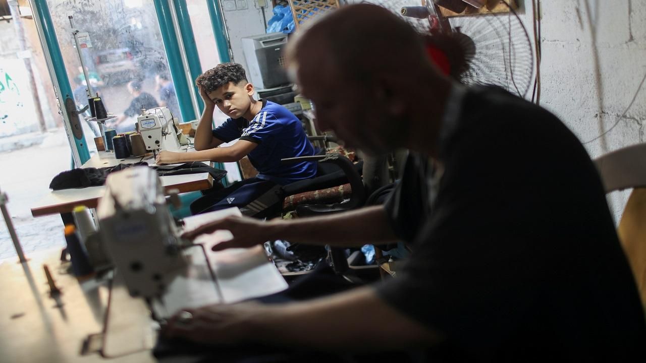 أحمد  تعلم المهنة من والده وعمره 10 أعوام. رويترز
